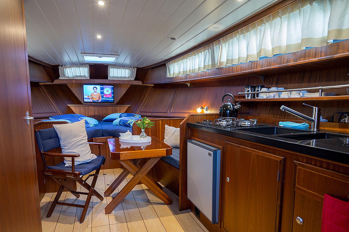 "Motoryacht ""Baroness"" – Yachtcharter in Friesland / Holland"